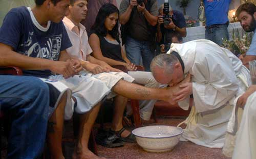 Pope washes women's feet