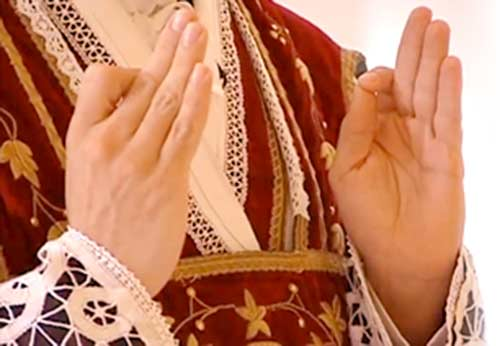 Holding ones Fingers Correctly at Mass?
